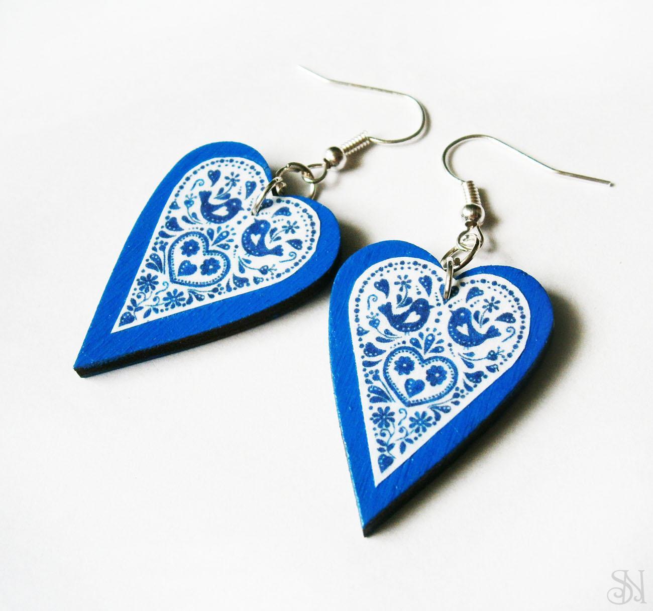 Modré folklórne srdiečkové náušnice s modrým okrajom ac2e5c6ddbe